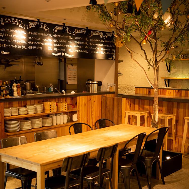 內部照片樹和桌子座位